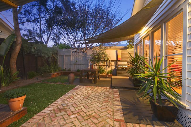 small contemporary house garden in city (6)