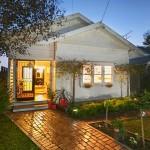 แบบบ้านชั้นเดียวขนาดเล็ก ตกแต่งภายในเรียบง่าย พร้อมพื้นที่สวนดูเป็นธรรมชาติ