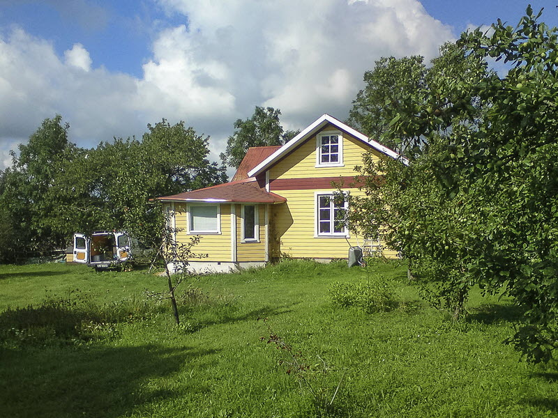 small cottage yellow house in swedish countryside (10)
