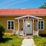 แบบบ้านทรงกระท่อมคลาสสิค ออกแบบสีสันสดใส ในบรรยากาศธรรมชาติน่าอยู่