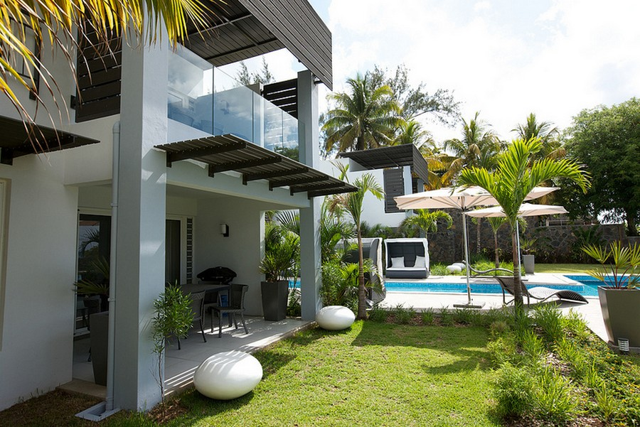 vacation modern resort house sea sun sand garden green environment (3)
