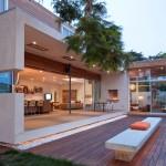 บ้านสองชั้นสไตล์โมเดิร์น ตกแต่งให้ความรู้สึกธรรมชาติ พร้อมสระว่ายน้ำในบ้าน