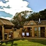 แบบบ้านกระท่อมไม้หลังเล็ก ออกแบบให้ใช้พื้นที่คุ้มค่าที่สุด สำหรับคนรักธรรมชาติ
