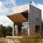 แบบบ้านไม้ทรงกล่อง ออกแบบแนวคิดชีวิตคอมแพ็ค ในบรรยากาศสบายริมทะเล