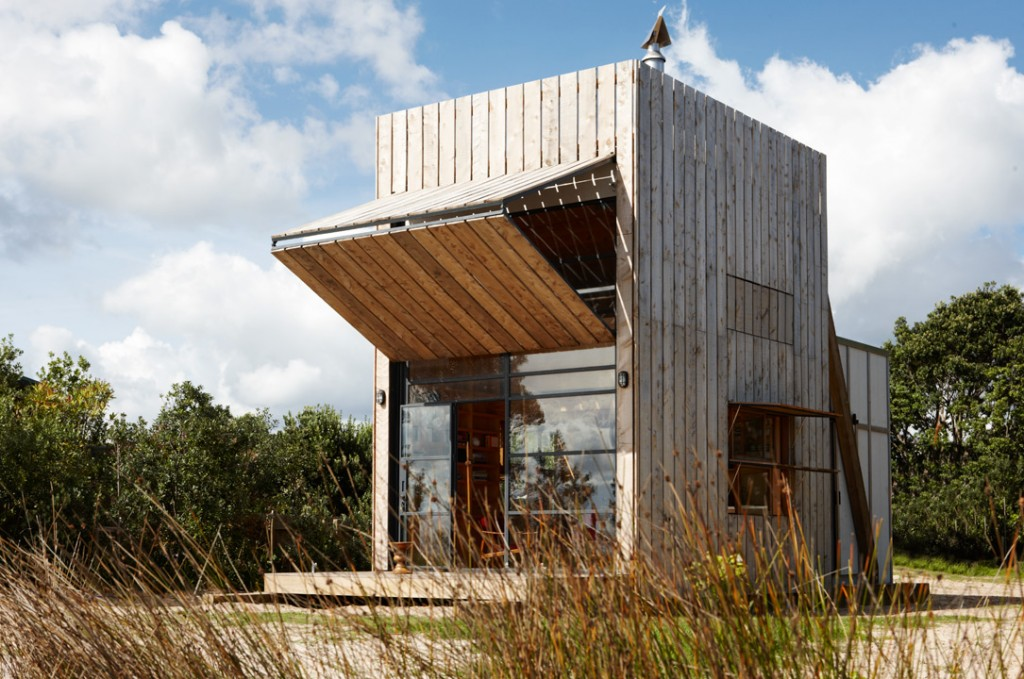 Crosson-Clarke-Carnachan-Architects-Whangapoua-Sled-House-on-flodeau.com-1-1024x679