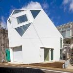 บ้านสามชั้นกลางเมืองโตเกียว ออกแบบรูปทรงเป็นเอกลักษณ์ สื่อถึงท้องฟ้ากว้างไกล