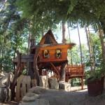 แบบบ้านกระท่อมไม้ ออกแบบทรงใต้ถุนหลังคาหน้าจั่ว เล็กกะทัดรัดแต่ใช้งานครบครัน