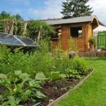 แบบบ้านกระท่อมไม้ขนาดเล็กกะทัดรัด ใช้พลังงานแสงอาทิตย์ เพื่อโลกอนาคต