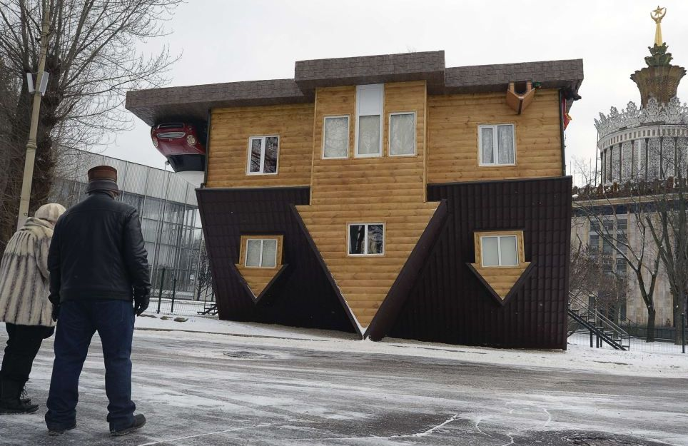 gravity up side down house in moscow russia (2)