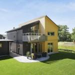 แบบบ้านไม้สองชั้น ออกแบบหลังคาลาดเอียง และใช้สีสันตัดกันอย่างเป็นเอกลักษณ์