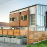 แบบบ้านสองชั้น สร้างจากเมทัลชีทและกระจก ออกแบบมาให้ป้องกันคลื่นสึนามิได้