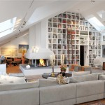 ไอเดียตกแต่งห้องพักโทนสีขาว ดูสวยงามร่วมสมัย โดดเด่นด้วยชั้นหนังสือขนาดยักษ์