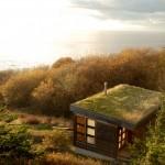 บ้านไม้หลังเล็กตกแต่งให้ดูทันสมัย บนเนินเขาริมทะเล กับวิวแสนประทับใจ