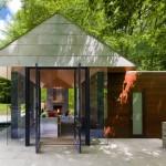 แบบบ้านขนาดเล็กทรงคอทเทจ ตกแต่งด้วยศิลปะโมเดิร์น ดูล้ำสมัยในบรรยากาศสีเขียว
