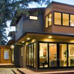 บ้านสองชั้นแบบร่วมสมัย ตกแต่งด้วยไม้เสริมความเป็นธรรมชาติ ให้ดูร่มรื่นสบายตา
