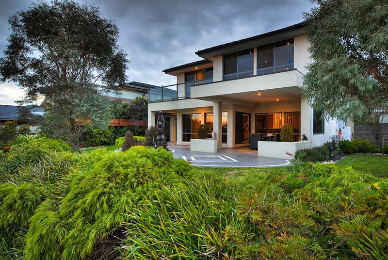 modern contemporary house with yard in australia (9)