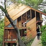 แบบบ้านไม้สามชั้น ตกแต่งโดดเด่นและทันสมัย ท่ามกลางบรรยากาศป่าสีเขียว