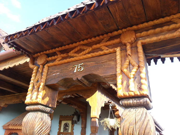 wooden decoration on house perfect idea (1)