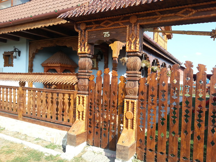 wooden decoration on house perfect idea (3)