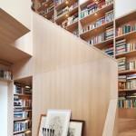 ไอเดียรีโนเวทบ้านเก่า ตกแต่งบันไดไม้พร้อมชั้นวางหนังสือบิวท์อิน ได้อย่างสวยงามลงตัว