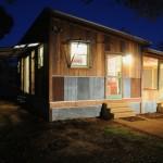 บ้านไม้ชั้นเดียวหลังเล็ก รูปแบบสไตล์คันทรี ประหยัดงบด้วยการใช้วัสดุเก่าอย่างคุ้มค่า