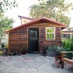 แบบบ้านไม้หลังเล็ก หลังคาทรงลาดเอียง ออกแบบเรียบง่ายสบาย สำหรับทำงานเบาๆ