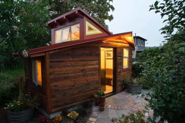 Glowing-Small-Studio-At-Night-With-Glass-and-Aluminum-Doors-and-Windows-590x392