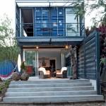 บ้านสองชั้นจากตู้คอนเทนเนอร์ ออกแบบให้ดูโปร่ง สำหรับการใช้งานทุกรูปแบบชีวิต