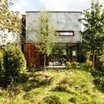 บ้านปูนเปลือยร่วมสมัย สร้างเป็นผนังกระจกอย่างมีเอกลักษณ์ ในบรรยากาศสวนสีเขียว