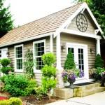 บ้านทรงกระท่อมเล็กๆ โดดเด่นด้วยการสร้างพื้นที่นั่งเล่นด้านนอก รายล้อมด้วยสวนสวย