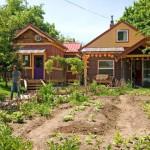 บ้านทรงกระท่อมไม้ขนาดเล็กเรียบง่าย มีพื้นที่ใช้งานโดยรอบ เพื่อการใช้ชีวิตแบบพอเพียง
