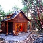 บ้านทรงกระท่อมไม้คลาสสิค ออกแบบรูปลักษณ์ดั้งเดิม ให้ใช้งานได้อย่างครบครัน