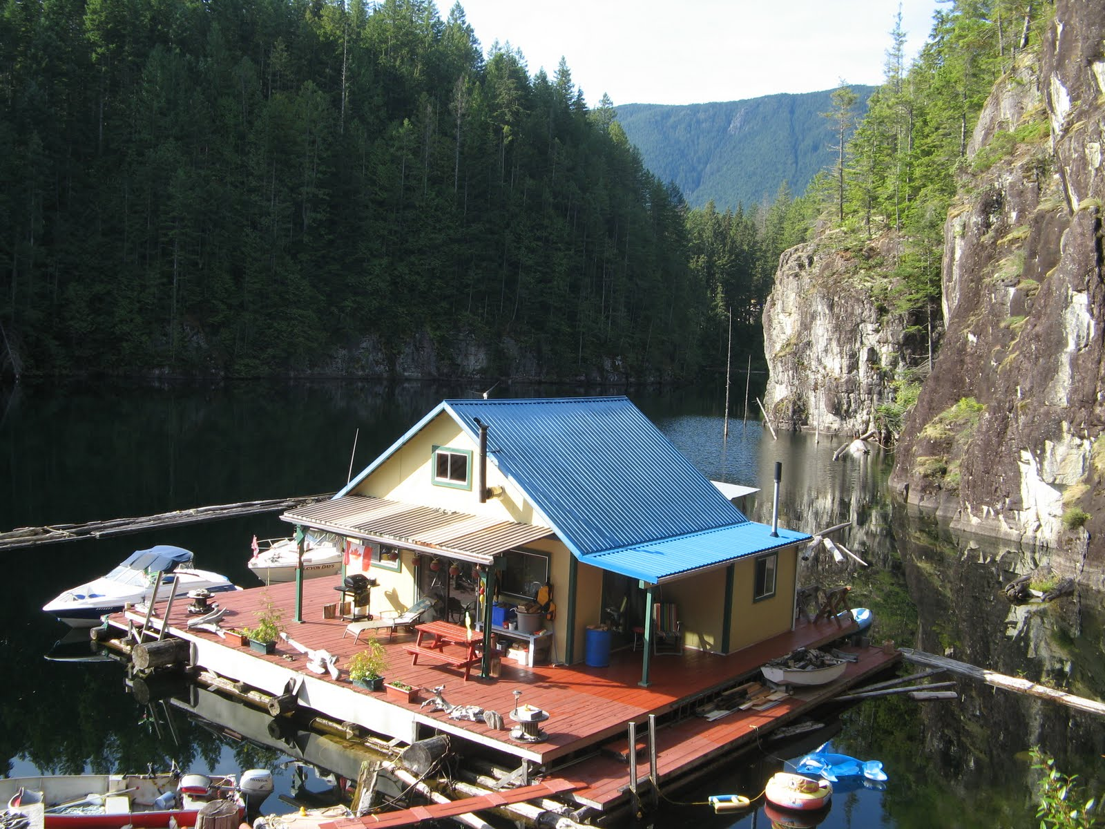 floating house cottage cabin in canada (1)