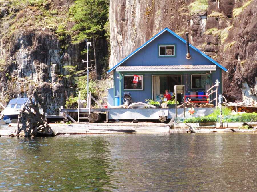 floating house cottage cabin in canada (2)