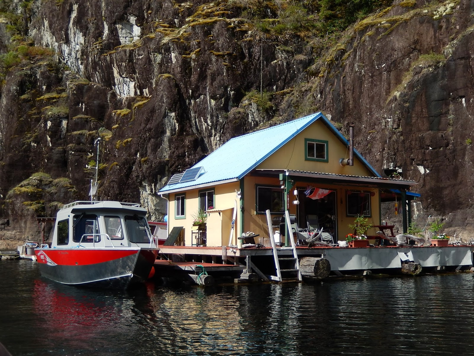 floating house cottage cabin in canada (9)