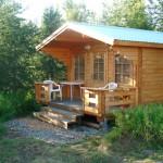แบบบ้านกระท่อมไม้ทรงคลาสสิค ออกแบบหลังคาหน้าจั่ว ตกแต่งภายในเรียบง่ายดูดี
