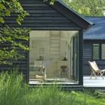 แบบบ้านกระท่อมไม้แนวโมเดิร์นร่วมสมัย ตกแต่งดูสวยโปร่ง ให้ความรู้สึกสงบสบาย