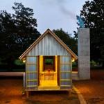 แบบบ้านทรงกระท่อมหลังเล็ก สร้างด้วยสังกะสีทั้งหลัง ให้บรรยากาศโปร่งโล่งสบาย
