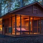 บ้านไม้ชั้นเดียว ออกแบบเป็นกระท่อมดูเรียบง่าย ตกแต่งให้ความรู้สึกโมเดิร์นร่วมสมัย