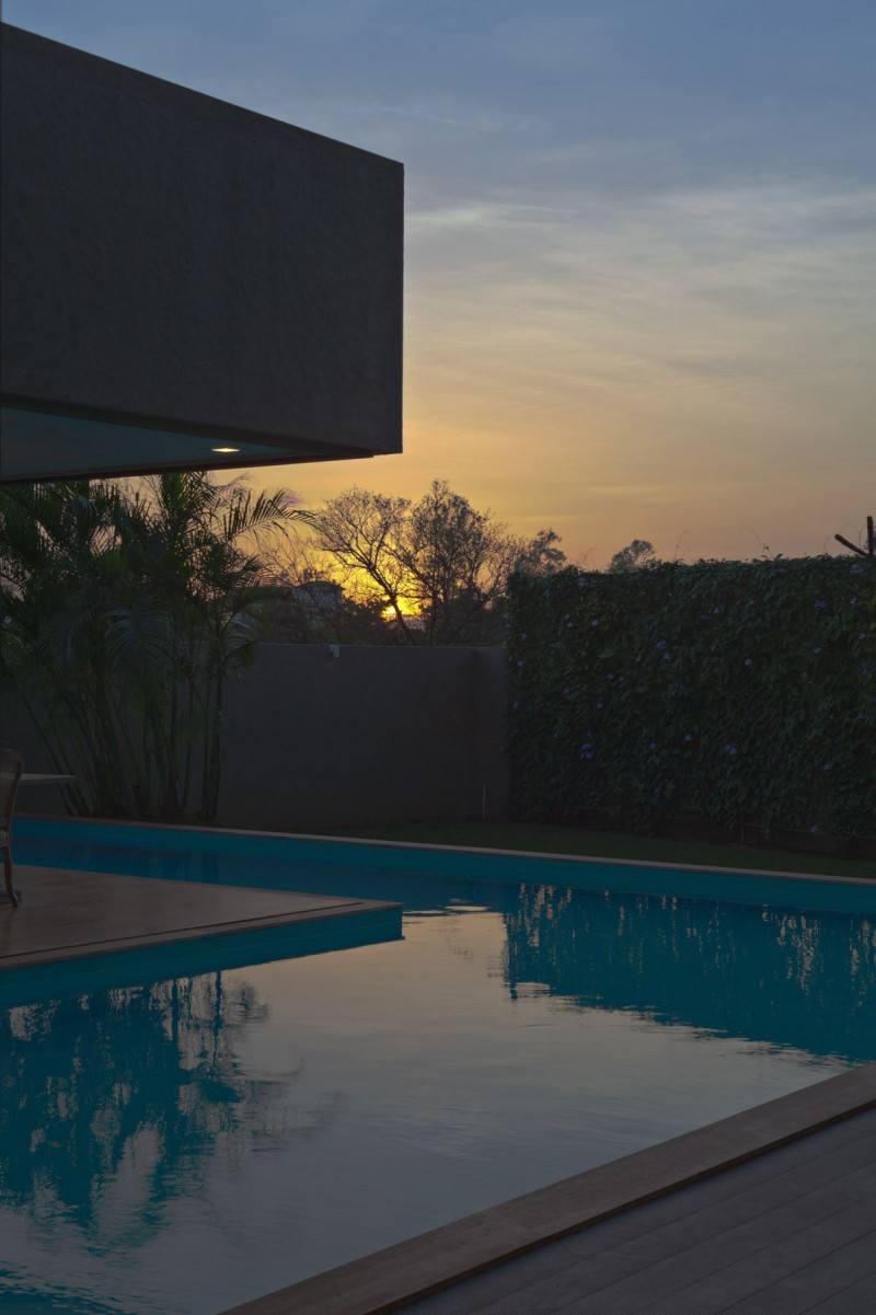 modern contemporary moonsoon house in india (15)