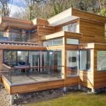 แบบบ้านสองชั้นแนวโมเดิร์น แต่งด้วยไม้สีน้ำตาลธรรมชาติ พร้อมกระจกใสให้ดูโปร่ง