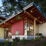บ้านสองชั้นแบบโมเดิร์น ตกแต่งด้วยไม้และกระจกให้ดูโปร่ง เพื่อการพักผ่อนสบายที่สุด