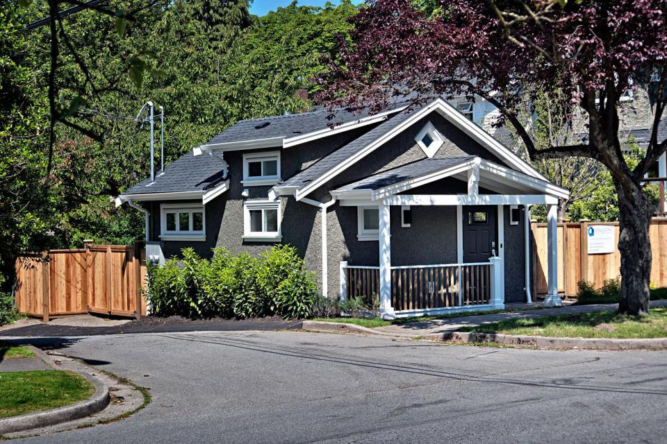 small cottage house in vancouver canada (13)