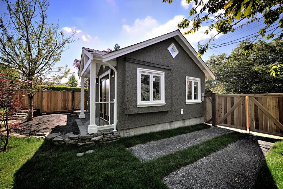 small cottage house in vancouver canada (2)