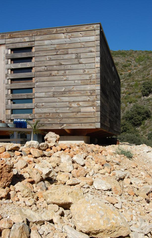 small wooden compact house in spain (4)