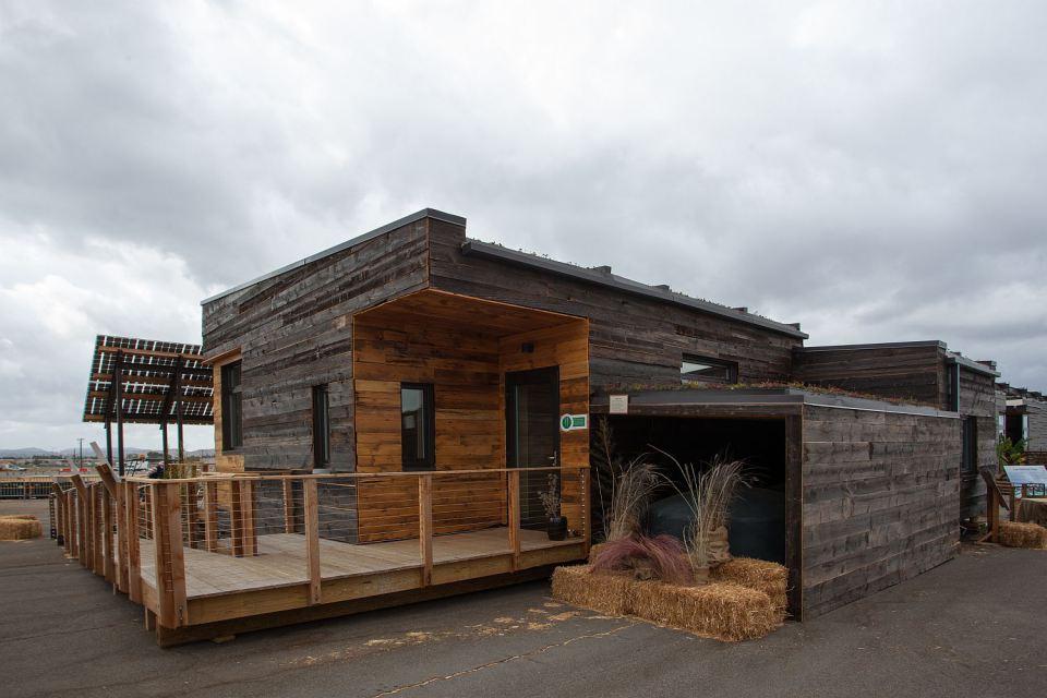 solar energy small wooden house cool idea (11)