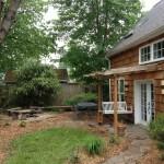 บ้านไม้ชั้นครึ่ง พร้อมสวนสวยที่ดูร่มรื่น ให้บรรยากาศของธรรมชาติท่ามกลางเมืองใหญ่