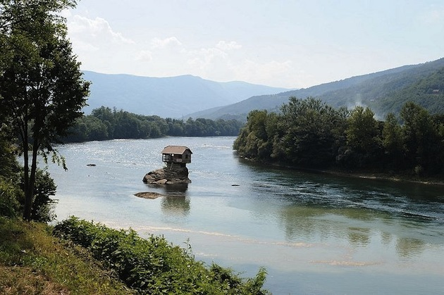 45-Year-Old-Tiny-Serbian-Drina-River-Home-3