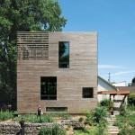 บ้านไม้สามชั้นทรงกล่อง ขนาดเล็กกะทัดรัด พร้อมการตกแต่งภายในแบบคอมแพ็ค