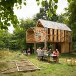 บ้านกระท่อมสองชั้นทรงใต้ถุน ออกแบบเรียบง่ายแฝงศิลปะ กับชีวิตที่รักษ์ธรรมชาติ